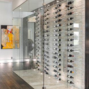 Aménagement d'une petit cave à vin contemporaine avec un sol beige et un présentoir.