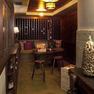 Réalisation d'une cave à vin chalet avec béton au sol et des casiers.
