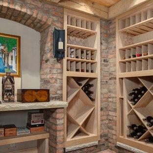 Imagen de bodega tradicional, grande, con suelo de ladrillo y botelleros de rombos
