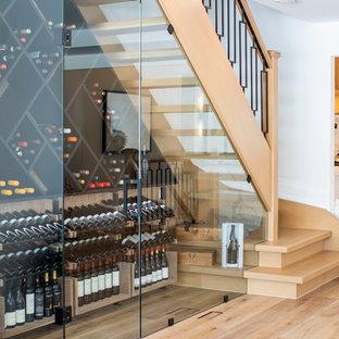 Modelo de bodega minimalista, de tamaño medio, con suelo de madera en tonos medios, botelleros de rombos y suelo marrón