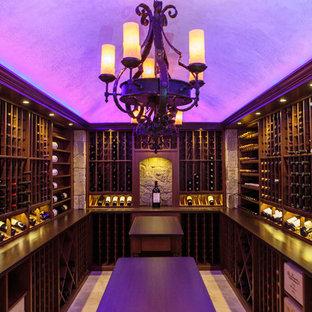 Réalisation d'une cave à vin design avec un sol en travertin et un présentoir.