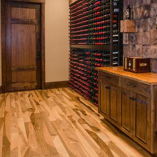 Diseño de bodega rural, grande, con suelo de madera clara y botelleros