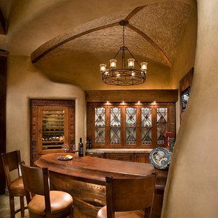 フェニックスのサンタフェスタイルのおしゃれなワインセラー (ベージュの床、ディスプレイラック) の写真