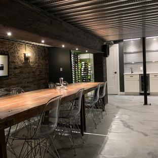 Diseño de bodega bohemia, pequeña, con suelo de cemento, vitrinas expositoras y suelo gris