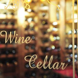 Cette image montre une grand cave à vin traditionnelle avec un sol en carrelage de porcelaine et des casiers.