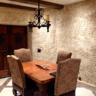 Ejemplo de bodega mediterránea, de tamaño medio, con suelo de piedra caliza y suelo beige