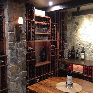 Inspiration pour une cave à vin traditionnelle de taille moyenne avec un sol en carrelage de céramique, des casiers et un sol gris.