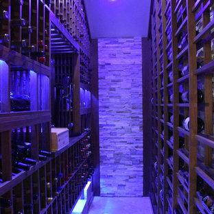Idées déco pour une cave à vin classique de taille moyenne avec un sol en carreau de terre cuite et un présentoir.