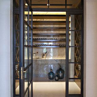 Diseño de bodega clásica renovada, extra grande, con suelo de baldosas de porcelana, botelleros de rombos y suelo blanco