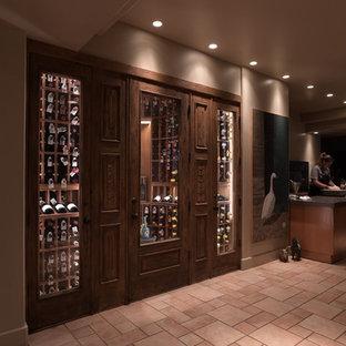 Mittelgroßer Landhausstil Weinkeller mit Porzellan-Bodenfliesen und waagerechter Lagerung in San Diego