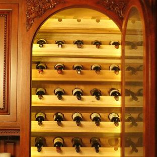 Cette image montre une petit cave à vin traditionnelle avec des casiers.