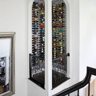 Modelo de bodega clásica renovada, grande, con suelo de madera oscura, vitrinas expositoras y suelo negro