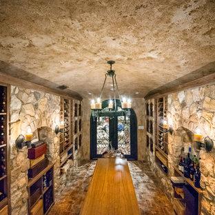 Imagen de bodega rural, grande, con suelo de baldosas de porcelana, vitrinas expositoras y suelo gris