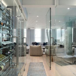 Idee per una grande cantina con pavimento in bambù, portabottiglie a vista e pavimento beige