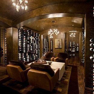 Imagen de bodega rústica, extra grande, con suelo de madera en tonos medios, vitrinas expositoras y suelo marrón
