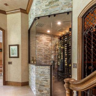 Idée de décoration pour une petit cave à vin tradition avec un sol en carrelage de porcelaine et des casiers.