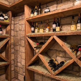 Idéer för mycket stora rustika vinkällare, med mellanmörkt trägolv och vinhyllor