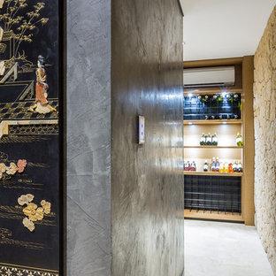 パースの中サイズのエクレクティックスタイルのおしゃれなワインセラー (ライムストーンの床、ディスプレイラック、ベージュの床) の写真