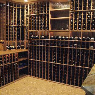 Cette image montre une cave à vin craftsman de taille moyenne avec des casiers.