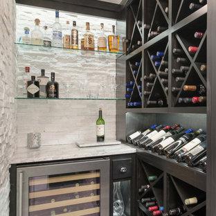 Idéer för en stor klassisk vinkällare, med vinylgolv, vindisplay och grått golv