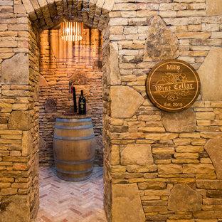 Cette image montre une grand cave à vin traditionnelle avec un sol en brique.