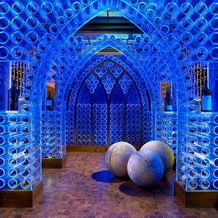 Cette image montre une grand cave à vin design avec des casiers et un sol orange.