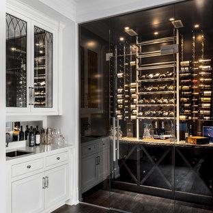 Idéer för en mellanstor modern vinkällare, med mörkt trägolv, vinhyllor och brunt golv