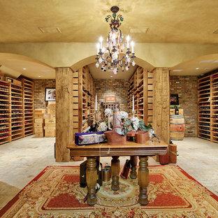 Exempel på en mycket stor klassisk vinkällare, med vinhyllor och tegelgolv