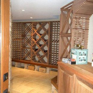 Inredning av en klassisk vinkällare, med klinkergolv i keramik och vinställ med diagonal vinförvaring