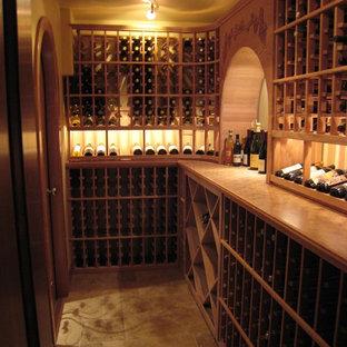 Cette photo montre une cave à vin montagne avec un sol en bambou.