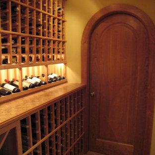 Inspiration för en rustik vinkällare, med bambugolv