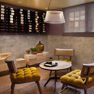 Foto på en rustik vinkällare, med korkgolv