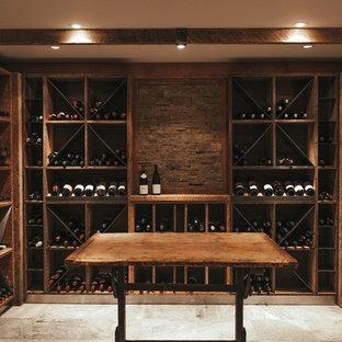 Idéer för en stor rustik vinkällare, med travertin golv och vinhyllor
