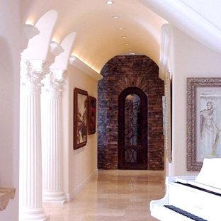 Diseño de bodega mediterránea, extra grande, con suelo de mármol