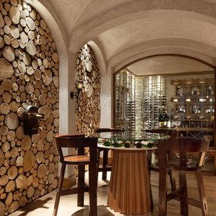 Geräumiger Mediterraner Weinkeller mit Kammern und hellem Holzboden in Tampa