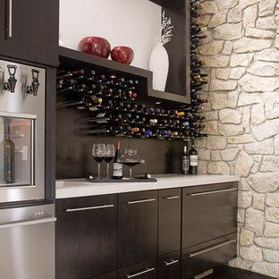 他の地域のコンテンポラリースタイルのおしゃれなワインセラー (濃色無垢フローリング、ワインラック、茶色い床) の写真