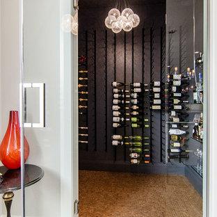 Inspiration för en stor vintage vinkällare, med vindisplay och korkgolv
