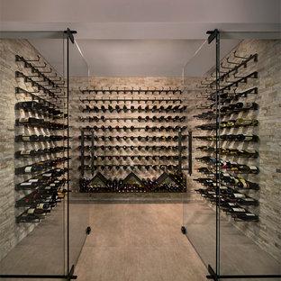 Bild på en stor funkis vinkällare, med klinkergolv i porslin, vindisplay och beiget golv
