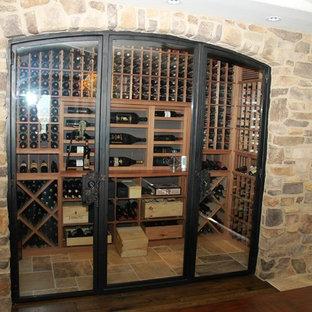 Cette image montre une cave à vin style shabby chic de taille moyenne avec un présentoir.