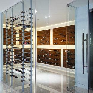 Imagen de bodega minimalista, grande, con suelo de baldosas de porcelana, botelleros de rombos y suelo blanco