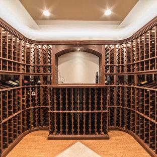 Foto de bodega rústica, de tamaño medio, con suelo de corcho, botelleros y suelo marrón