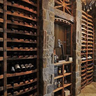 Imagen de bodega clásica, de tamaño medio, con suelo de ladrillo, botelleros y suelo beige
