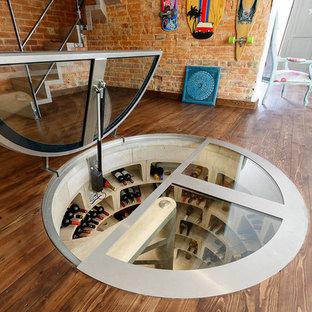 Imagen de bodega ecléctica, de tamaño medio, con suelo de cemento, botelleros de rombos y suelo gris