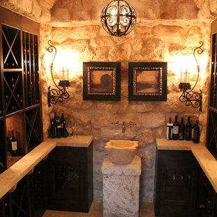 Diseño de bodega mediterránea, de tamaño medio, con suelo de travertino, botelleros de rombos y suelo beige