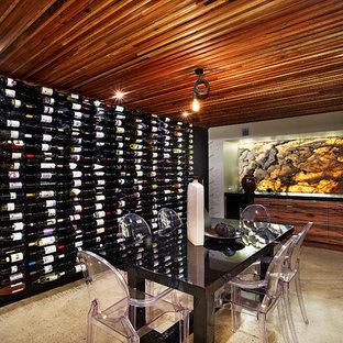 Bild på en funkis vinkällare, med betonggolv och beiget golv