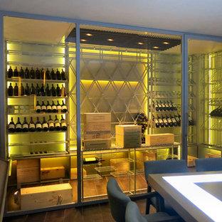 Immagine di una cantina minimalista di medie dimensioni con portabottiglie a vista