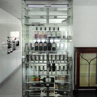 Diseño de bodega moderna, pequeña, con botelleros, suelo de baldosas de porcelana y suelo gris