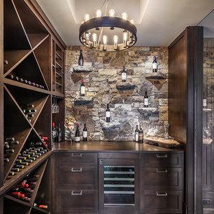 Idées déco pour une grand cave à vin montagne avec béton au sol, des casiers losange et un sol gris.