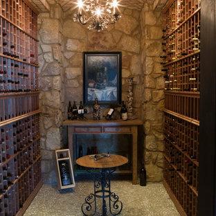 Inspiration för medelhavsstil vinkällare, med vinhyllor