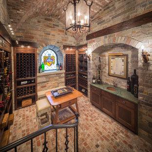 Cette image montre une cave à vin traditionnelle avec un sol en brique, des casiers et un sol rouge.